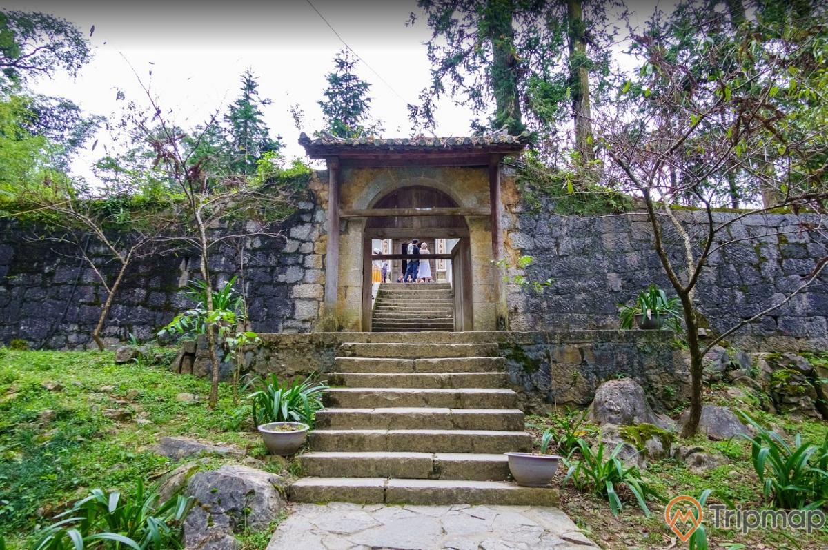 Cổng vào khu dinh thự họ Vương, cỏ cây xanh tươi trong vào ngoài khu dinh thự vua Mèo, bậc thang đi vào trong dinh thự, du khách đứng tham quan bên trong dinh thự ảnh chụp ngoài trời