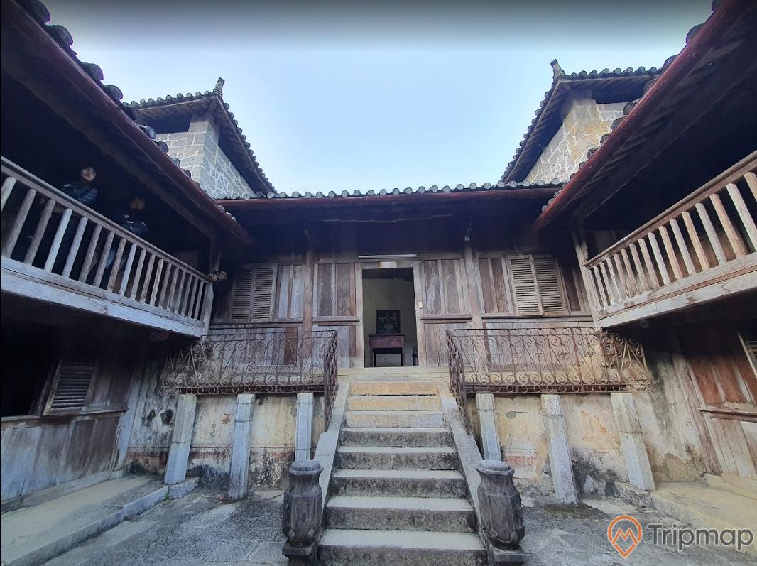 Sân trời trong khu dinh thự họ Vương, bậc thang đi vào trong nhà, bầu trời trong xanh, ảnh chụp trong khuôn viên dinh thự