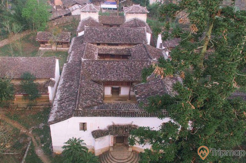 toàn cảnh nhà dinh thự họ Vương, dinh thự cổ ở Hà Giang, cây cối xanh tươi xung quanh ngôi nhà, ảnh chụp từ trên cao