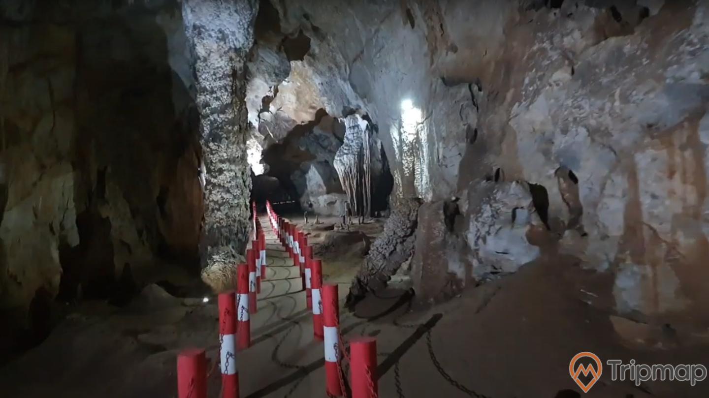 Đường đi tham quan động Xá Nhè, vách nhũ đá tự nhiên trong hang động, ảnh chụp trong hang động