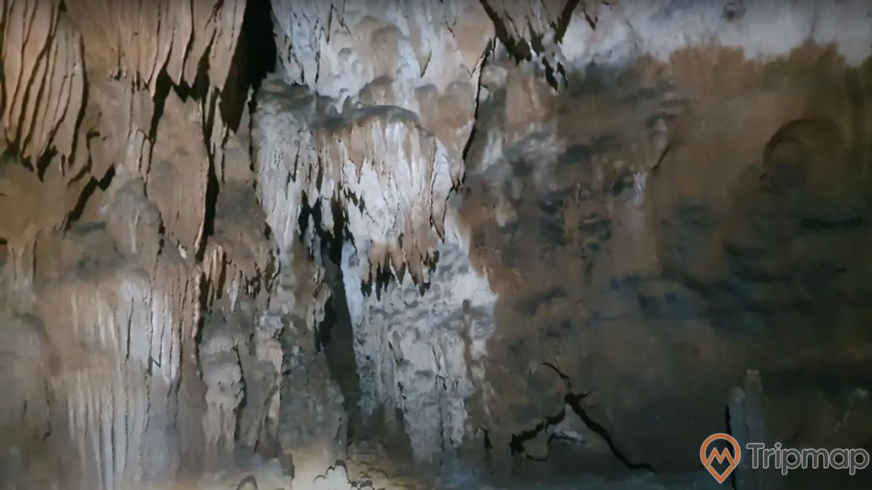 Thạch nhũ hình hài lạ mắt trong động Xá Nhè, ảnh chụp trong hang động
