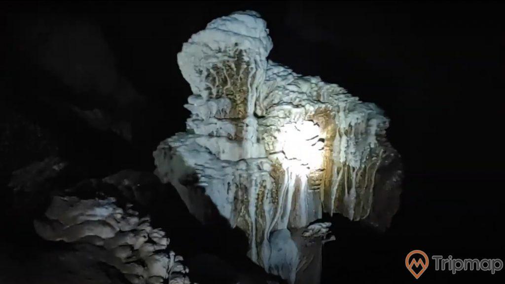 Khối nhũ đá hình thành trong hang Khố Mỷ, ảnh chụp trong hang động