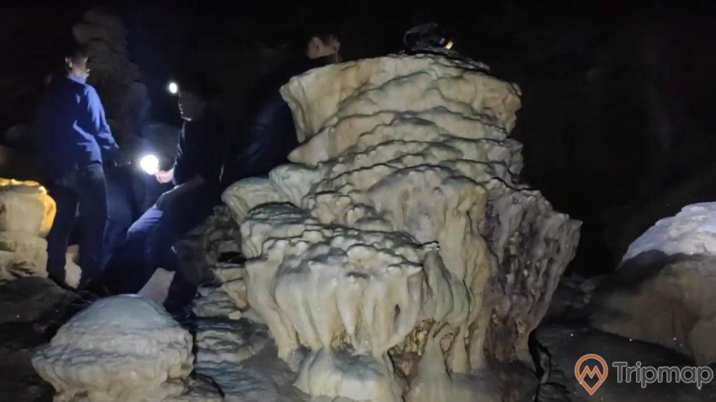 Khối nhũ thạch hình thù lạ mắt trong hang Khố Mỷ, ảnh chụp trong hang động
