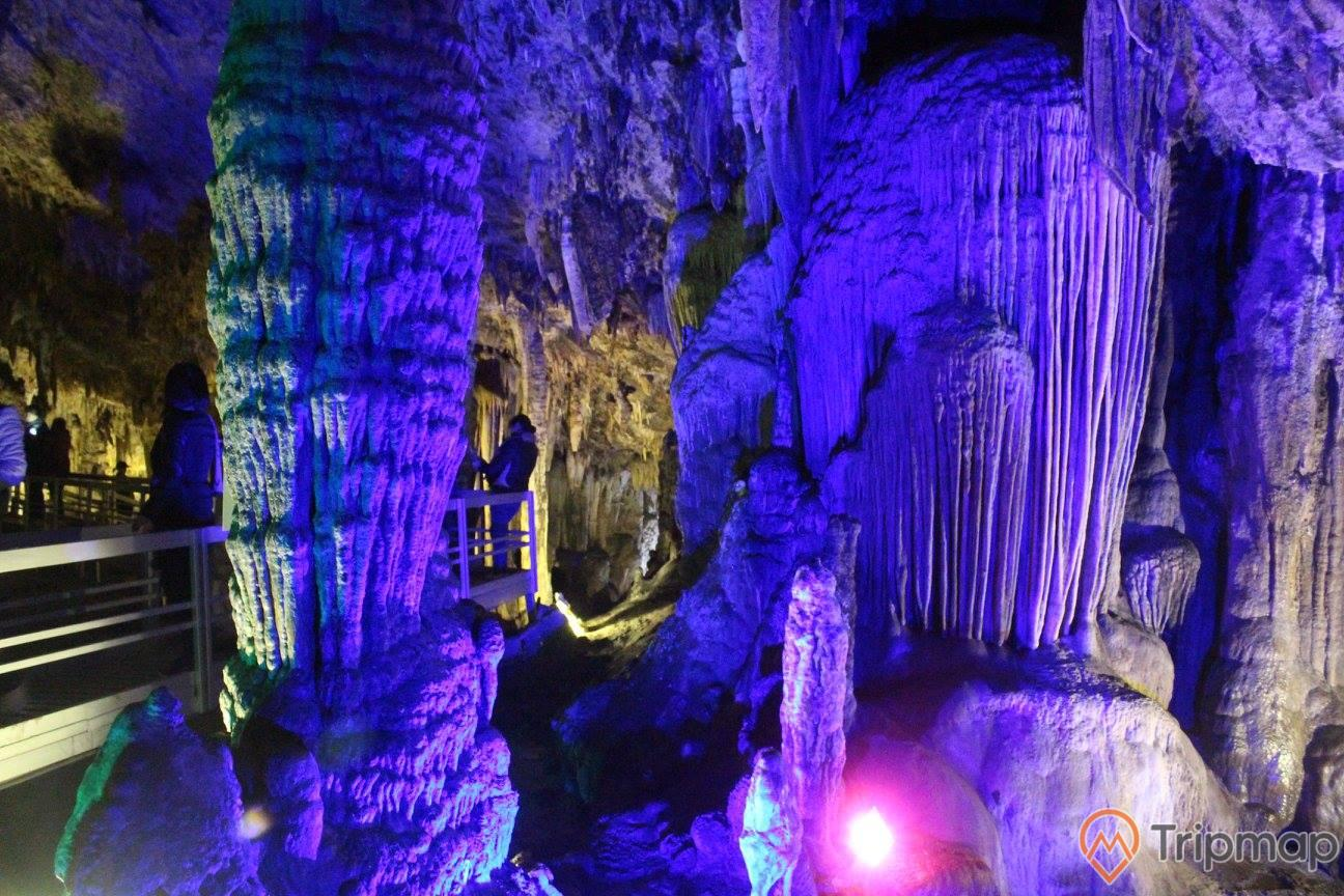 Cảnh sắc bên trong hang Khố Mỷ,cột thạch nhũ và nhũ đá, ảnh chụp trong hang động
