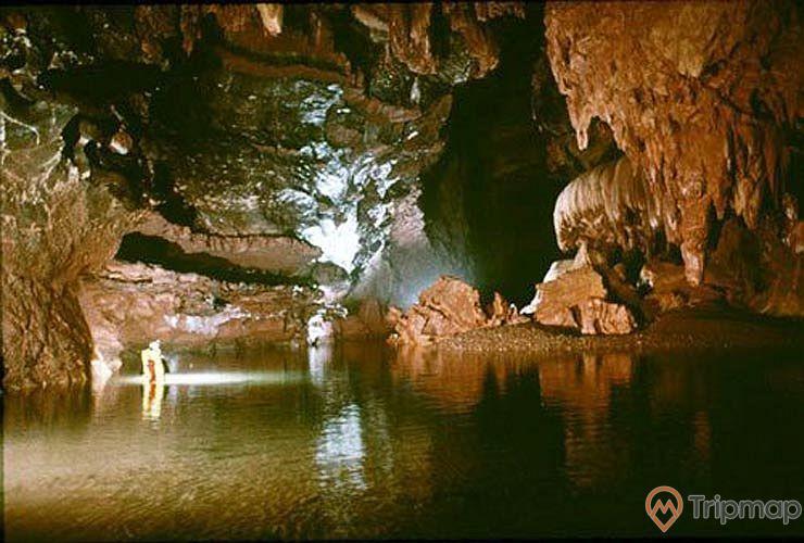 Dòng nước trong hang Phương Thiện, vách đá bên trong hang động, ảnh chụp trong hang động