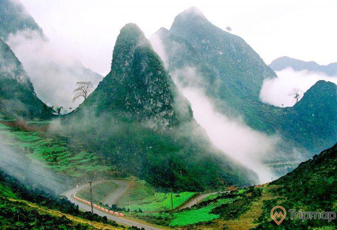 phong cảnh thiên nhiên tại hang Phương Thiện, đồi núi mây mờ, ảnh chụp từ trên cao