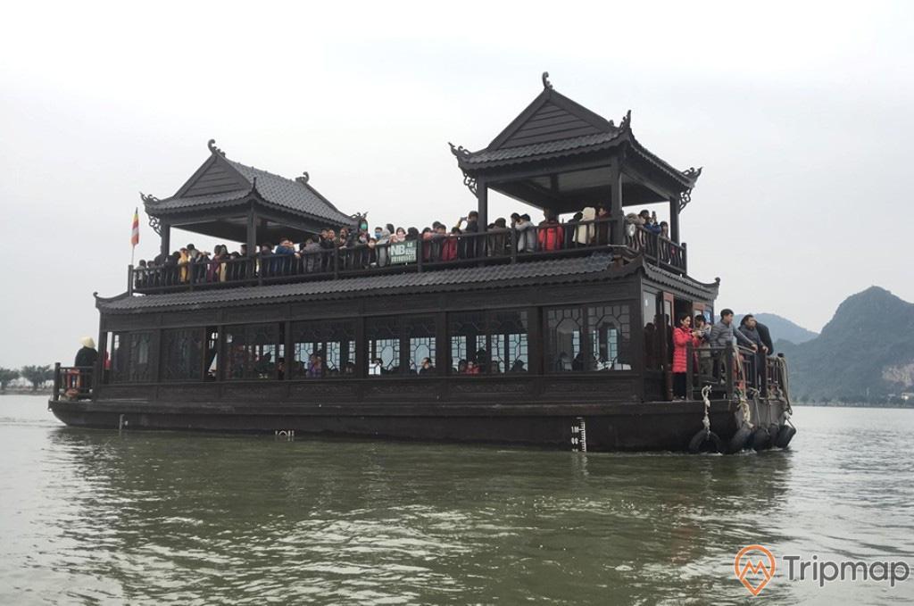 Du khách tham quan trên du thuyền tại khu du lịch hồ tam chúc, mọi người ở trên thuyền, bầu trời nhiều mây, ảnh chụp ngoài trời