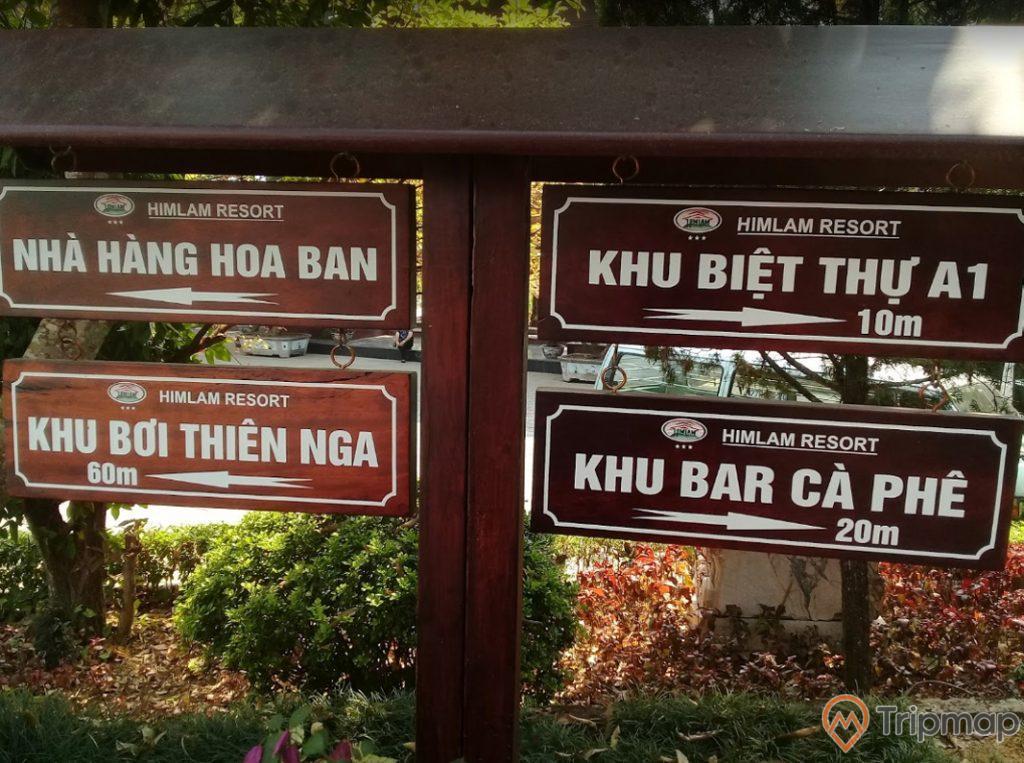 Biển chỉ dẫn địa điểm tại khu du lịch sinh thái him lam ( nhà hàng hoa ban, khu biệt thự A1, khu bới thiên nga, khu bar cà phê ), ảnh chụp ngoài trời