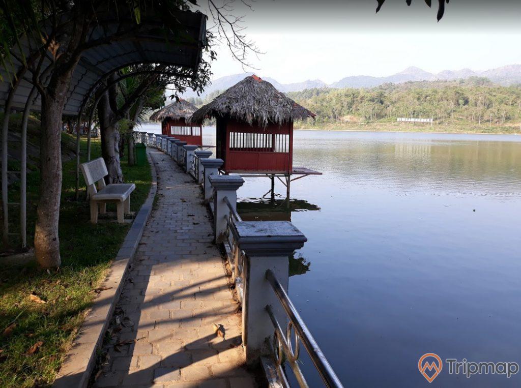 Khu vực câu cá tại khu du lịch sinh thái Him Lam, lều bên cạnh hồ nước, đồi núi phía xa xa, khu vực ảnh chụp ngoài trời