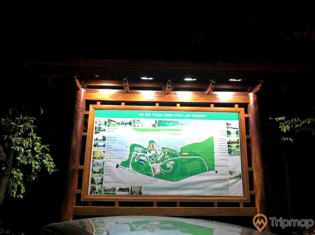 Tấm sơ đồ toàn cảnh Him Lam Resort tại khu du lịch sinh thái Him Lam, ảnh chụp vào buổi tối