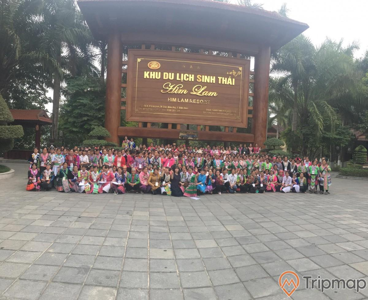 Tập thể nhiều người chụp chung kiểu ảnh tại khu du lịch sinh thái Him Lam, cây cối xanh tươi, ảnh chụp ngoài trời