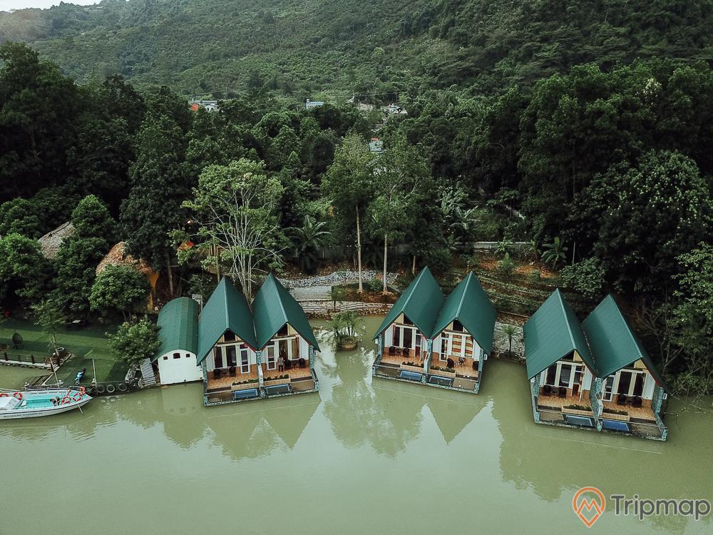 Ngôi nhà nằm bên bờ sông Miện tại khu du lịch sinh thái Trường Xuân, cây cối xanh tươi gần bờ sông Miện, ảnh chụp từ trên cao