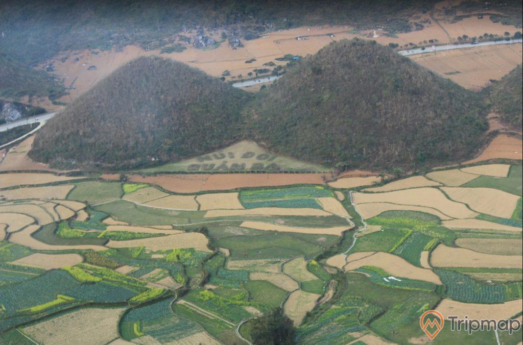 Cảnh sắc thiên nhiên tại thắng cảnh núi đôi Quản Bạ, đồi núi và ruộng bậc thang, ảnh chụp trên cao