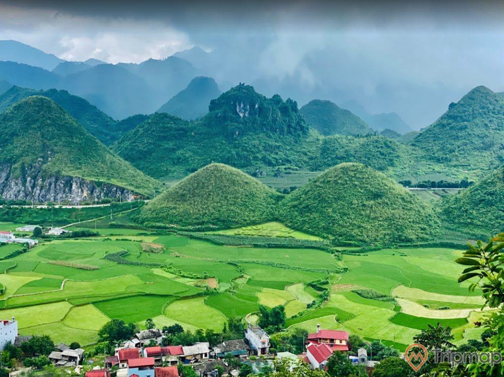 cảnh sắc thiên nhiên tại thắng cảnh núi đôi Quản Bạ, đồi núi phía xa xa, bầu trời nhiều mây, ảnh chụp trên cao