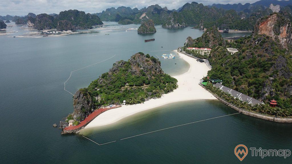 Bãi Tắm Lương Ngọc, Tuấn Mai resort, bãi tắm có bờ cát trắng, nhiều ngọn núi đá có cây xanh, mặt nước biển màu xanh, ảnh chụp từ trên cao, ảnh chụp ban ngày