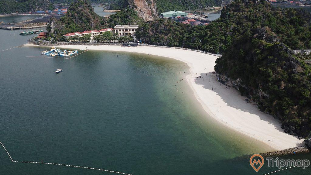 Bãi Tắm Lương Ngọc, Tuấn Mai resort, bãi cát trắng trải dài, mặt nước biển màu xanh, nhiều ngọn núi đá có cây xanh, khu nghỉ dưỡng ở phía xa, con thuyền màu trắng đang chạy trên biển, trời nắng, ảnh chụp từ trên cao, ảnh chụp ban ngày