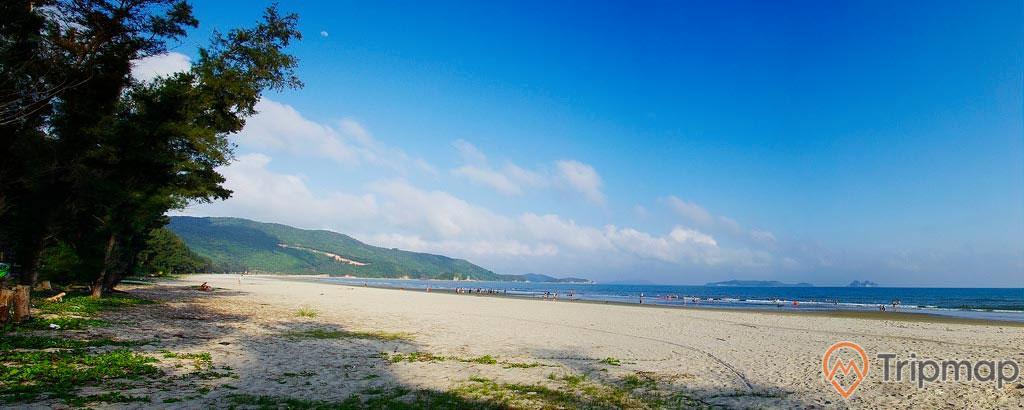 Bãi tắm Trường Chinh, bờ cát trắng trải dài, nhiều cây xanh, ngọn núi phía xa, trời xanh, nhiều mây, trời nắng, ảnh chụp ban ngày
