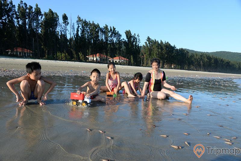 Tắm biển ở bãi Trường Chinh
