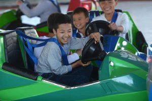 Bò sát đụng độ, các em bé đang lái chiếc xe màu xanh, các em bé đang cười