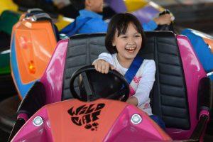 Bò sát đụng độ, em bé mặc áo trắng đang lái xe màu hồng