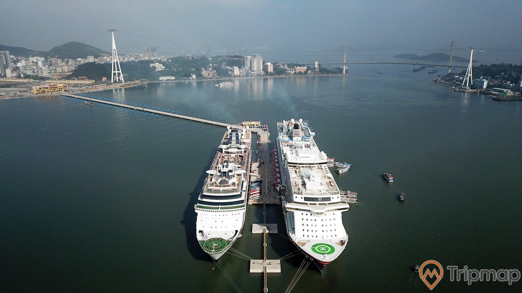 Cảng tàu khách Quốc tế Hạ Long, 2 tàu quốc tế 5 sao màu trắng, nước biển màu xanh, cầu bãi cháy ở phía xa, ảnh chụp từ trên cao, ảnh chụp ban ngày
