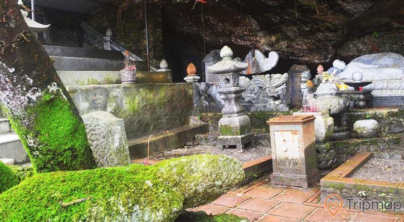 Bia đá cổ và tượng đá trong chùa Bảo Sái