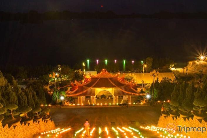 Quang cảnh ngày lễ Vu Lan trong chùa vô cùng đẹp và đầy sắc màu