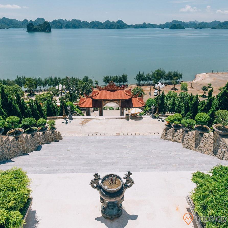Không gian thanh tịnh nhìn ra vịnh Bái Tử Long của chùa Cái Bầu