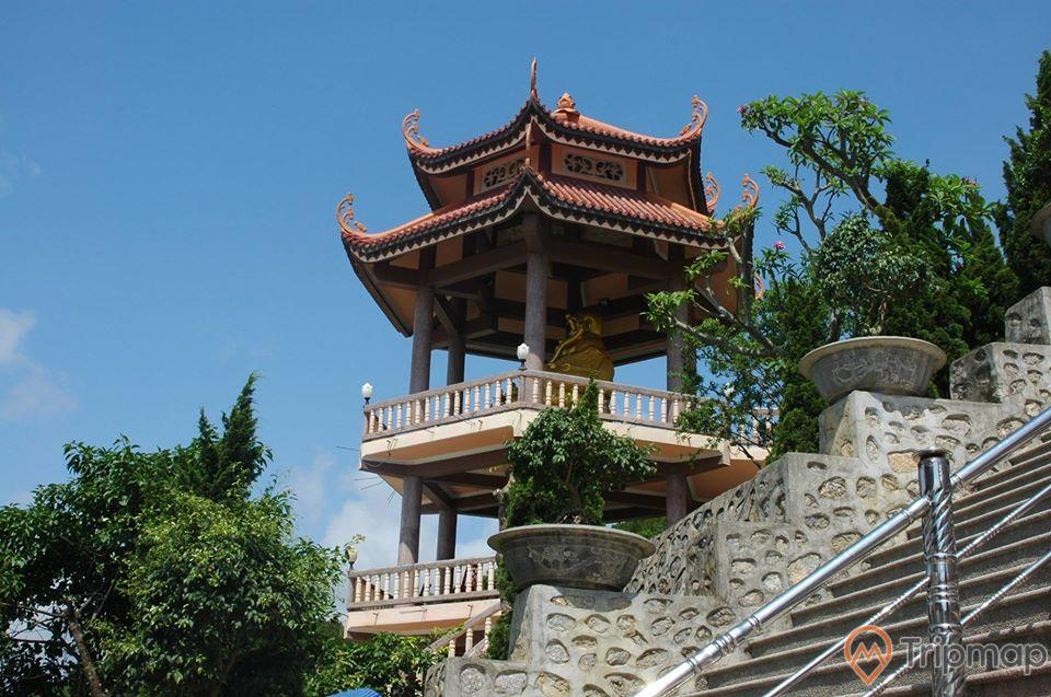 Tượng Phật Di Lặc lớn được đặt trên tháp ba gác