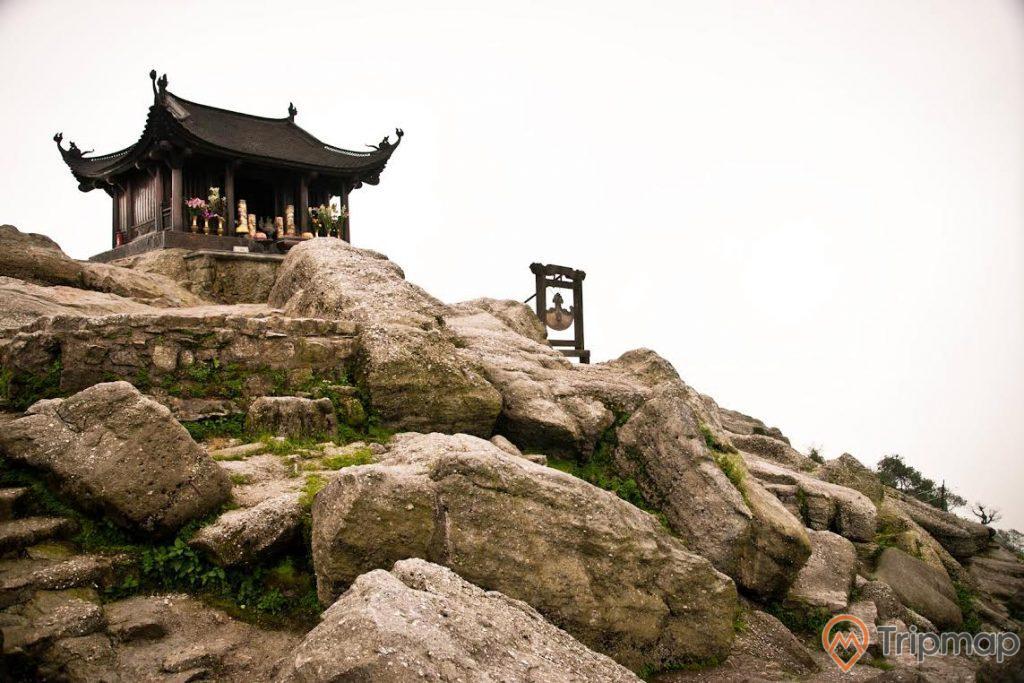 Chùa Đồng, nhiều tảng đá to màu xám, ảnh chụp ban ngày
