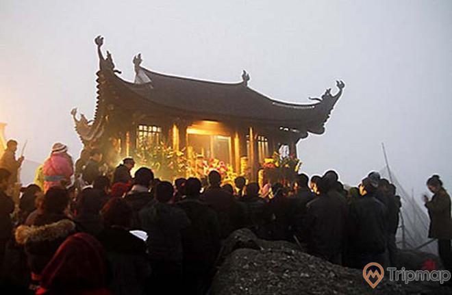 Du khách dânghương cầu khấn tại chùa Đồng
