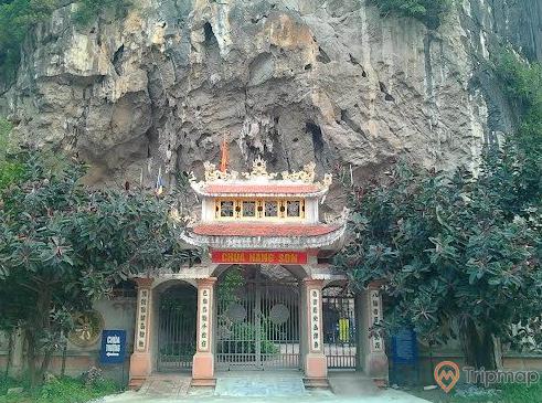 Cổng chùa Hang Son thiên liêng - nơi thờ phụng Bát Hải ĐạiVương người trong coi 8 cửa biển