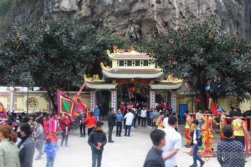Lễ hội Chùa Hang Son vào mùng 6 tháng Giêng hàng năm thu hút đông đảo dân địa phương và khách du lịch đến tham quan
