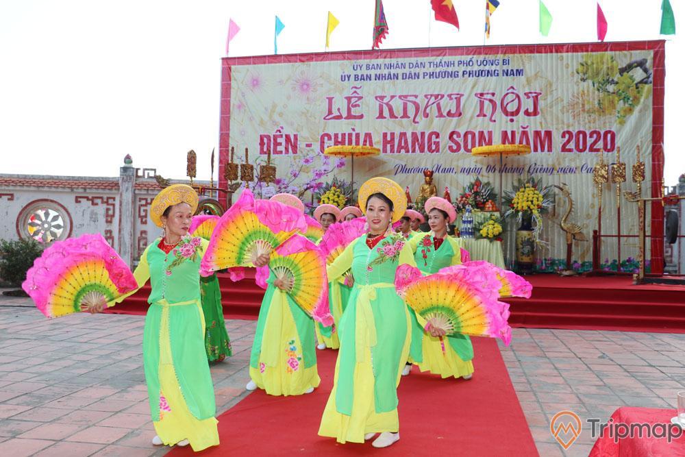 Buổi biểu diễn trong lễ khai hội Chùa Hang Son
