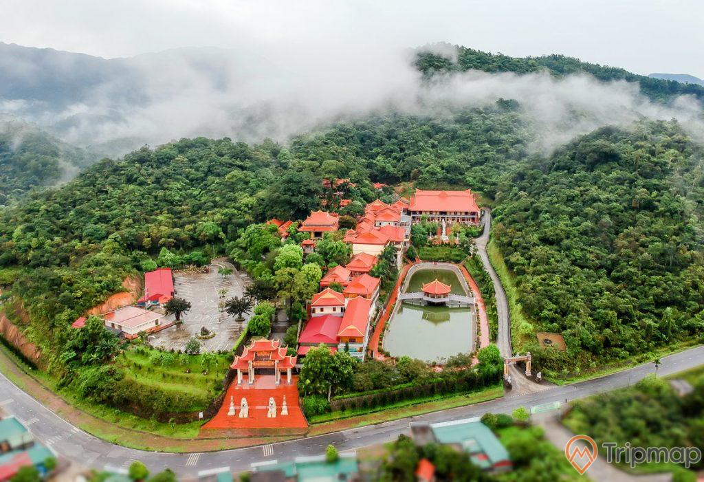 Chùa Lân, Thiền Viện Trúc Lâm Yên Tử, hồ nức, nhiều mái ngói màu đỏ, nhiều cây xanh, nhiều sương mù, ảnh chụp từ trên cao, ảnh chụp ban ngày