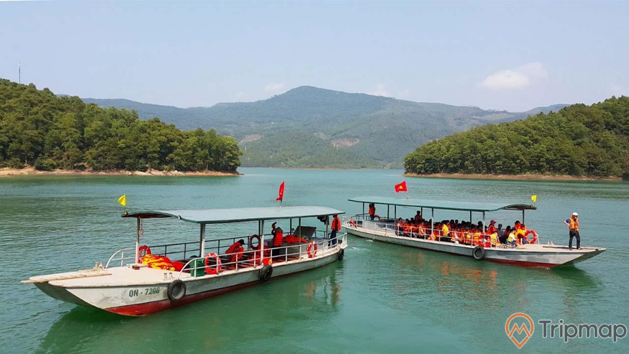 Ngoài ra, du khách cũng có thể di chuyển tới chùa Lôi Âm bằng thuyền