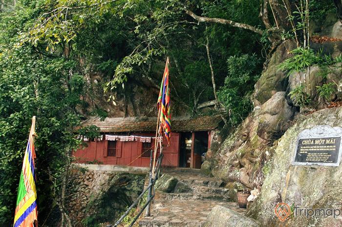 Lối vào chùa một mái
