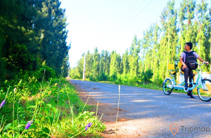 Đi xe đạp theo con đường nhỏ quanh đảo