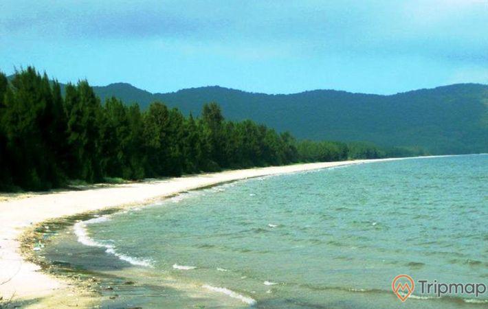Bãi Tắm Trường Chinh trải dài với miền cát trắng thơ mộng