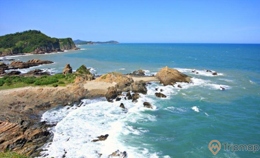 Đảo Ngọc Vừng nhìn từ xa có vẻ đẹp hoang sơ và đầy sự cuốn hút
