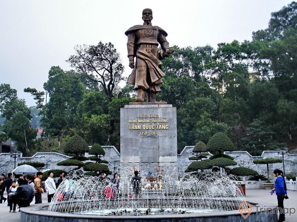 Bức tượng thờ Đức Ông nằm tại khu vực đền Thượng