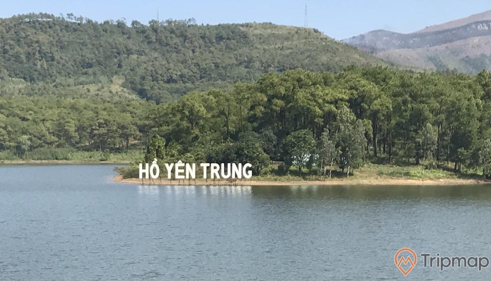 Hồ Yên Trung, hồ nước, nhiều cây xanh, ngọn núi ở phía xa, ảnh chụp ban ngày