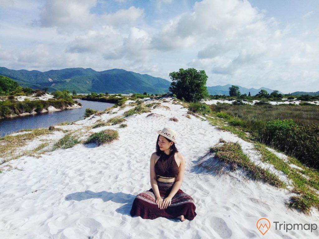Bạn trẻ pose hình trên đồi cát trắng muốt tựa như mảng pha lê