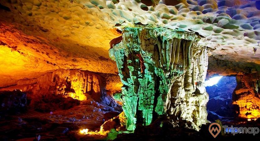 Động Thiên Cung, nhũ đá khổng lồ, ánh sáng xanh, ánh sáng vàng