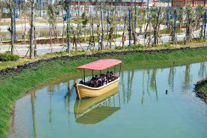 Du thuyền nhiệt đới, thuyền chở người chạy trên sông, nhiều cây xanh, trời nắng, ảnh chụp ban ngày
