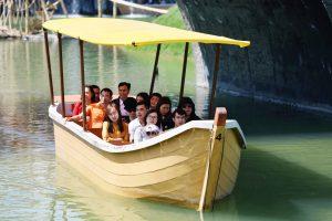 Du thuyền nhiệt đới, nhiều người đang ngồi trên thuyền, thuyền màu vàng chạy trên nước, trời nắng, ảnh chụp ban ngày