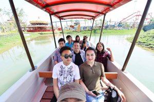 Du thuyền nhiệt đới, nhiều người đang ngồi trên thuyền, thuyền màu đỏ đang chạy trên nước, trời nắng, ảnh chụp ban ngày