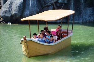 Du thuyền nhiệt đới, thuyền chở nhiều người chạy trên sông, thuyền màu vàng, trời nắng, ảnh chụp ban ngày