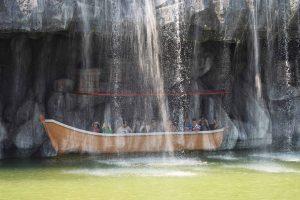 Du thuyền nhiệt đới, nhiều người đang ngồi trên thuyền, thác nước đang chảy trên thuyền, ảnh chụp ban ngày