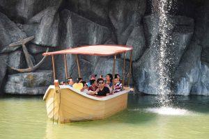 Du thuyền nhiệt đới, nhiều người đang ngồi trên thuyền, thuyền màu vàng, trời nắng, ảnh chụp ban ngày